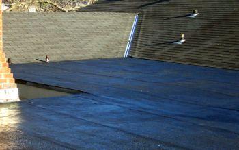 Asfaltová střecha po aplikaci ochranného nátěru