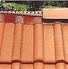 Schéma provedení větraného hřebene u střechy s hladkou plechovou krytinou