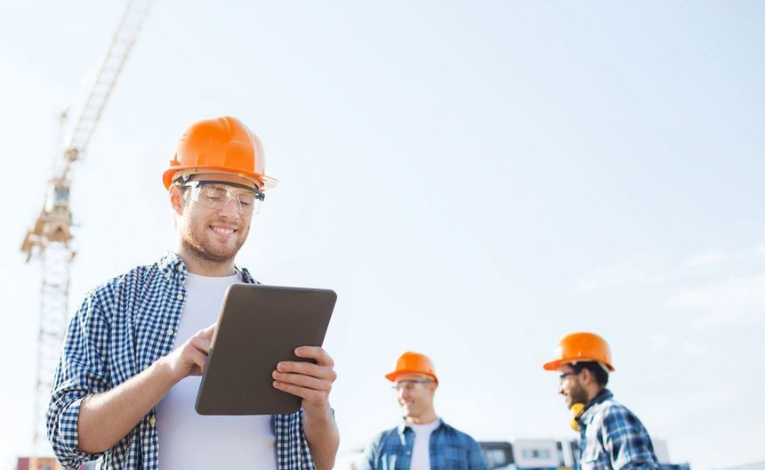 Stavbyvedoucí kontrolující stavební úkoly