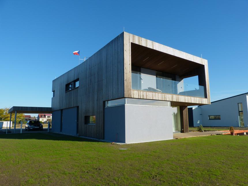 Pasivní moderní dům při pohledu z boku