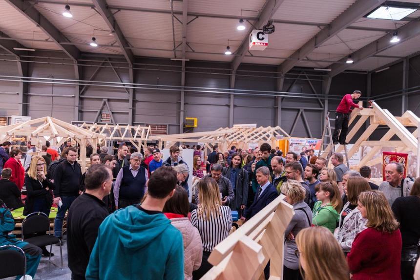 Shromáždění lidí na festivalu dřeva a nářadí