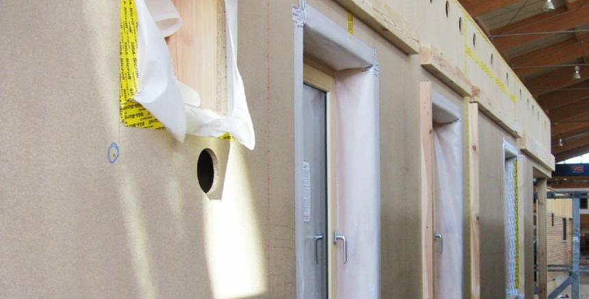 Plnění izolace Climatizer Plus do prefabrikovaných konstrukcí přímo při jejich výrobě v továrně