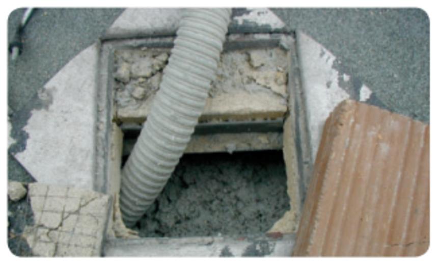 Doplňování izolace Climatizer Plus do vstupního otvoru ve střeše