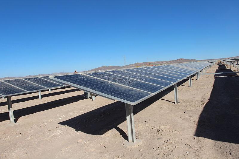 Solární panely v chilské poušti