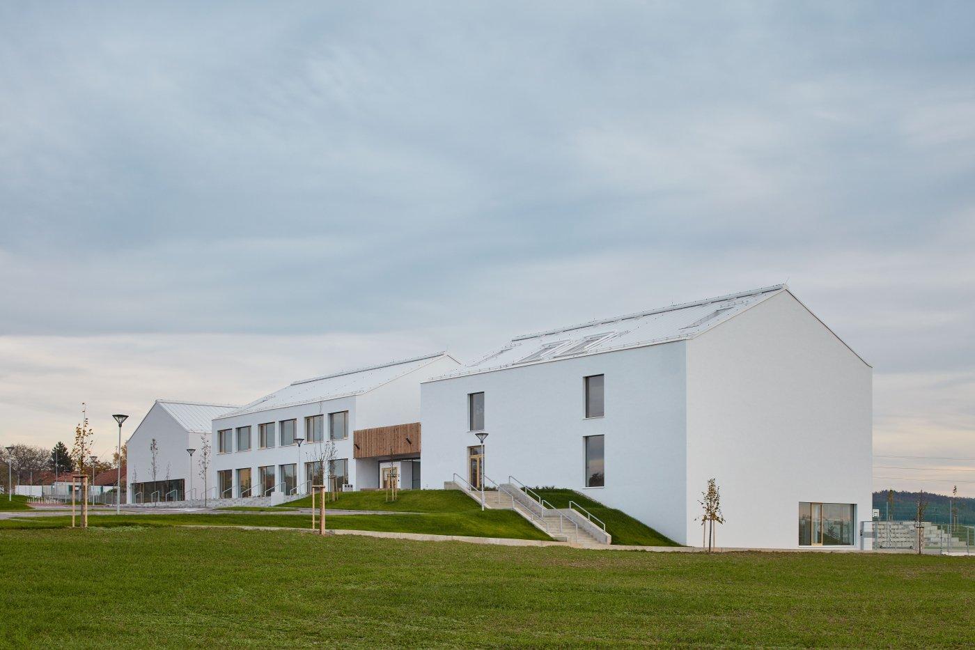 Boční pohled na základní školu v Psárech u Prahy