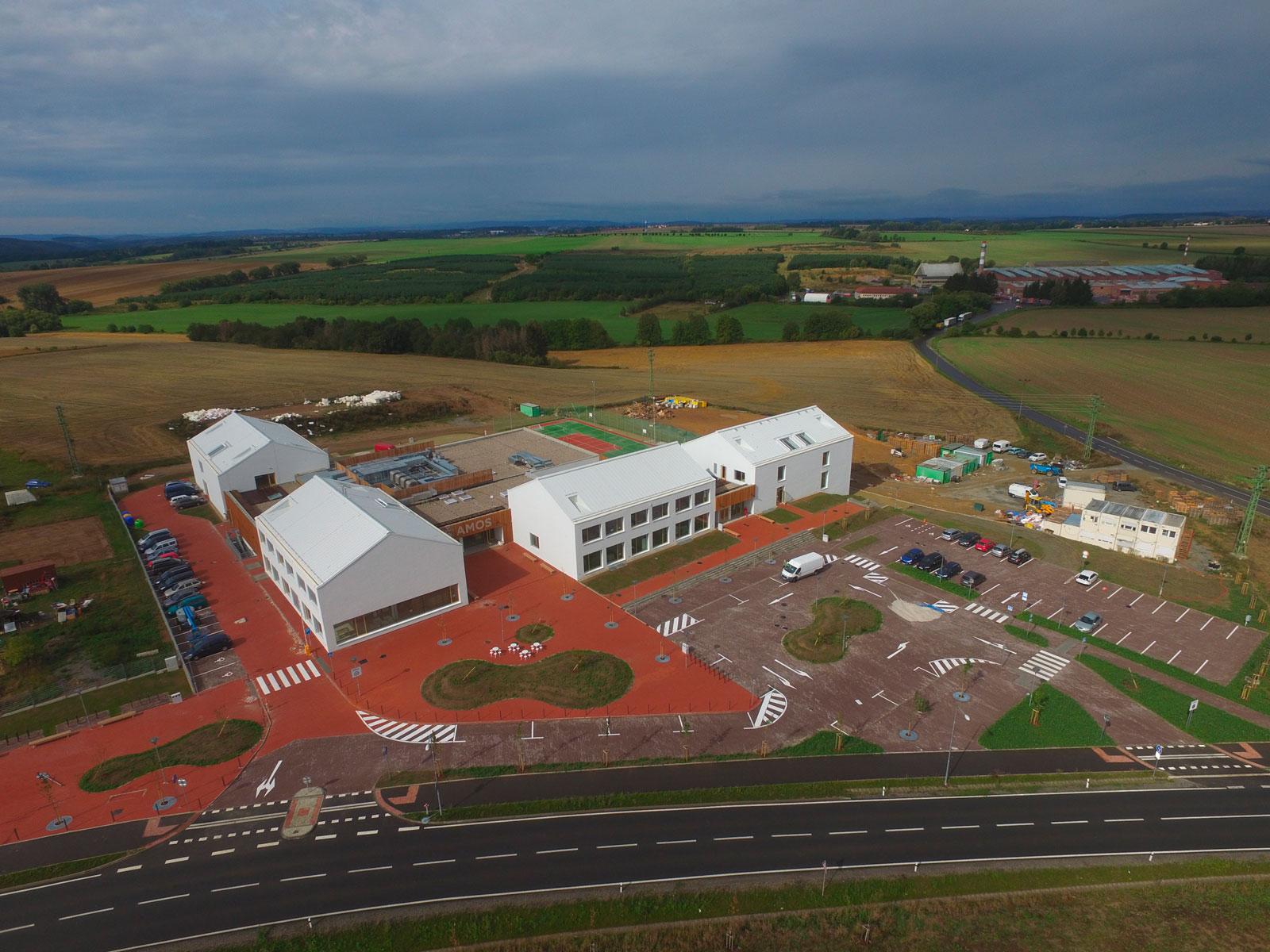 Letecký pohled na základní školu v Psárech u Prahy