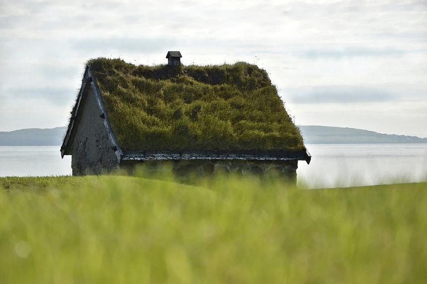 Starý dům se zelenou střechou