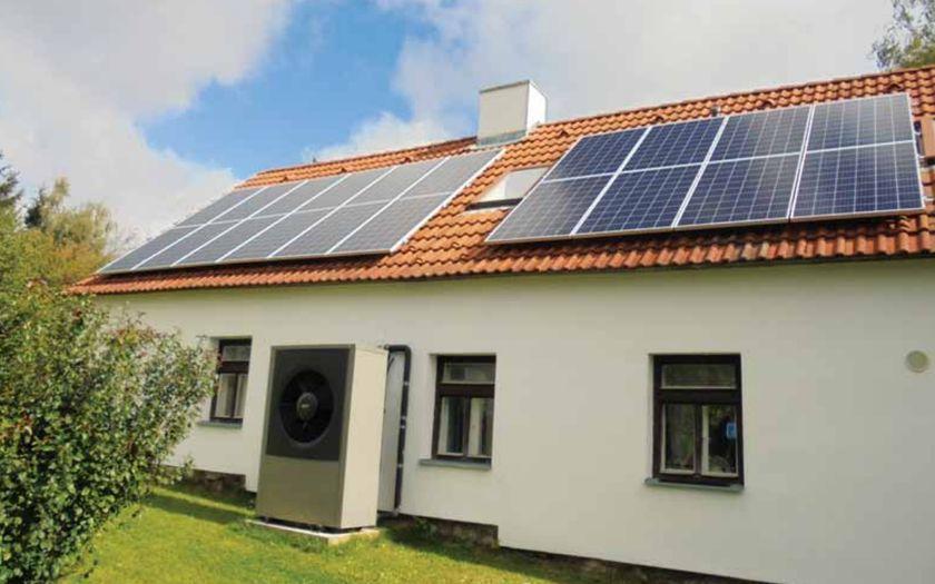Větrný generátor a solární panely na domě