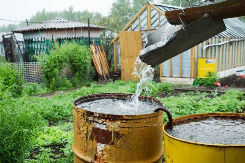 Voda stékající do sudu