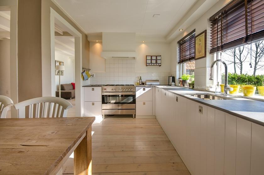 Bílá moderní zařízená kuchyň