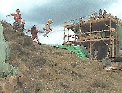 Dětem vstup na stavbu ze slámy povolen