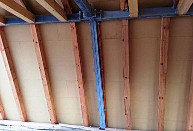 Střecha nad pozednicí. Nosná ocelová konstrukce je doplněná dřevěnými krokvemi.