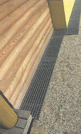 Styk dřevostavby s terénem přes provětrávací mřížku