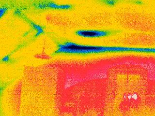 tepelné mosty vzniklé nesprávným uložením tepelné izolace v podkroví
