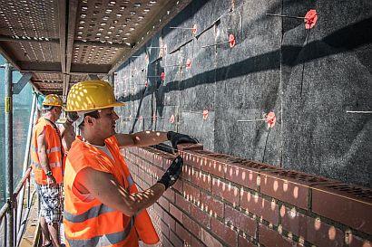 Realizace provětrávané fasády_finální úprava režné zdivo_zatepleno deskou minerální izolace s nakašírovanou textílií TP-435-B, zdroj: Knauf Insulation