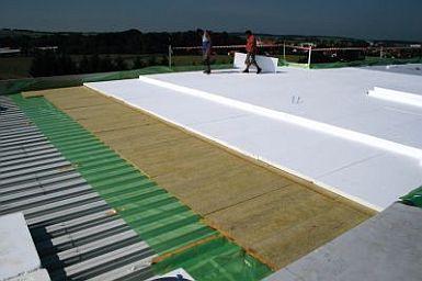 Pokládka minerální vlny s EPS na ploché střeše, ilustrační foto, zdroj: ISOVER