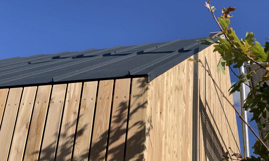 Krytina elegantně doplňuje dřevěnou fasádu stavby