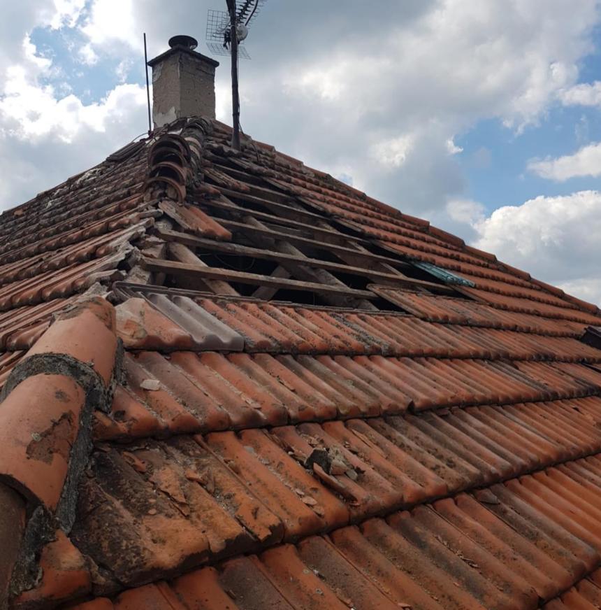Šikmá střecha před renovací