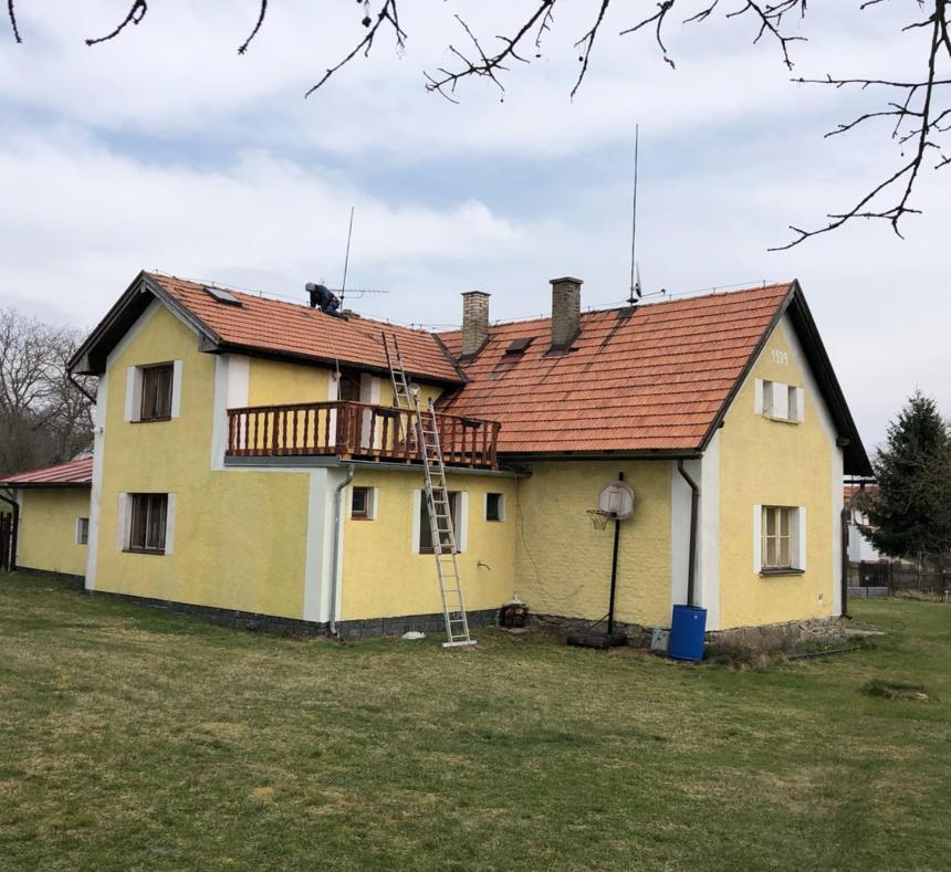 Velký žlutý dům před renovací