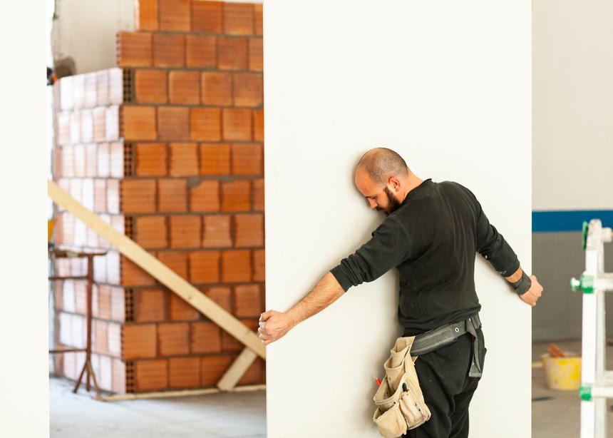 Dělník se sádrokartonovou stěnou