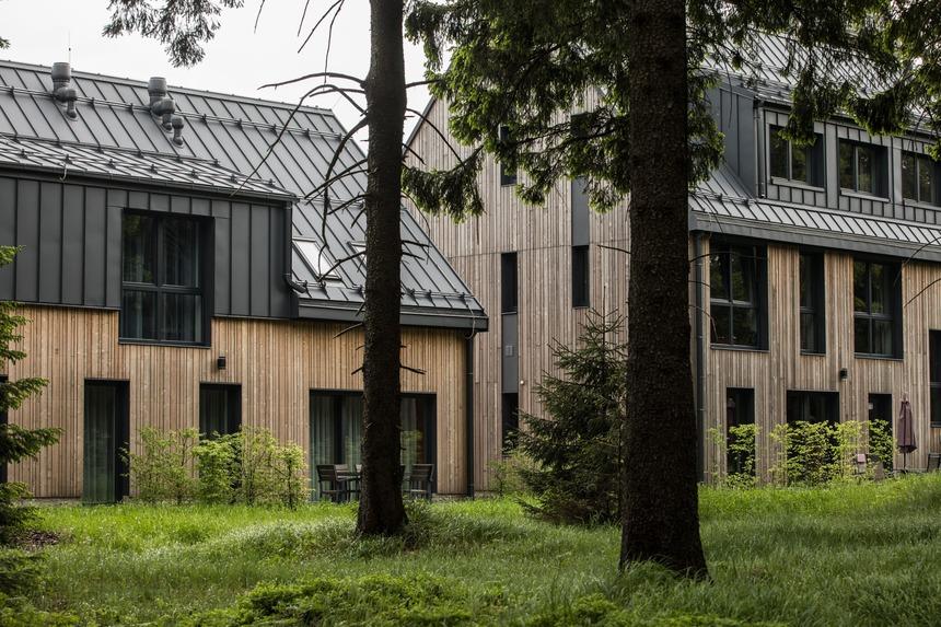 Kvalitní ocelová střecha Ruukki perfektně doplňuje dřevěnou fasádu