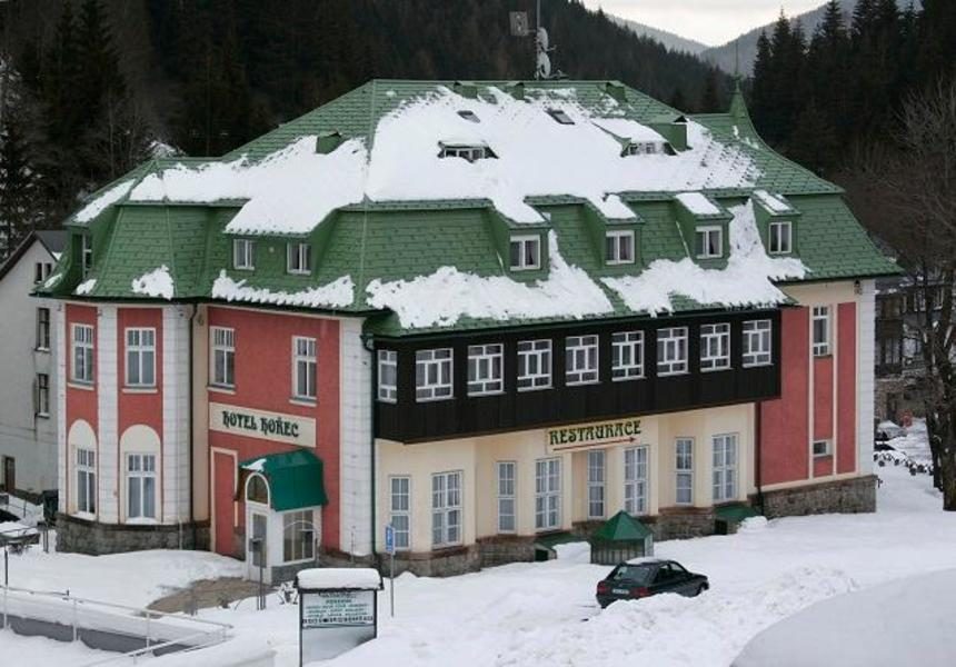 Restaurace se zelenou krytinou od Prefa