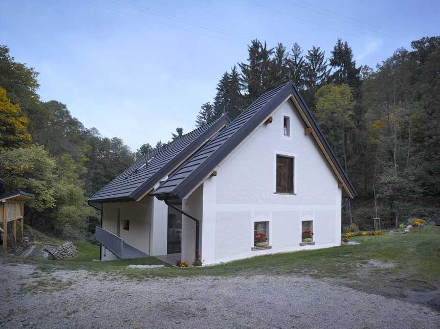Bílý dům s plechovou krytinou Satjam