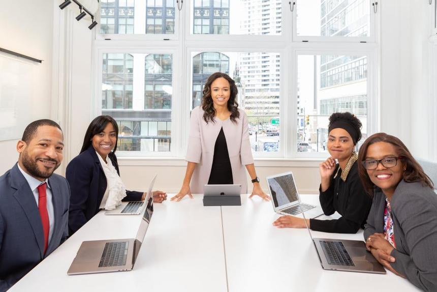 Úspěšná firma u stolu