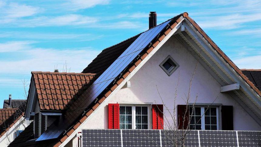 Dům se solárními panely