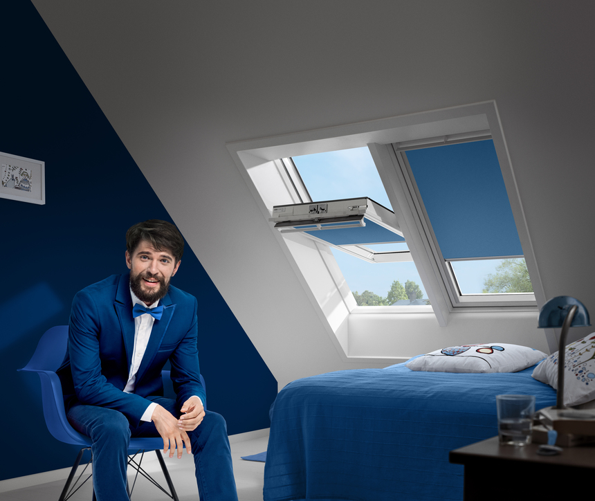 Modré rolety Velux s pánem v obleku