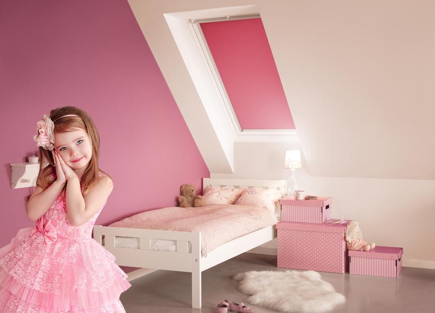 Růžové rolety Velux s holčičkou