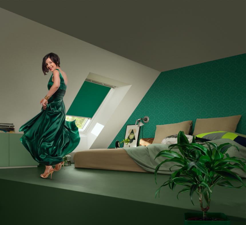 Zelené rolety Velux s ženou v šatech