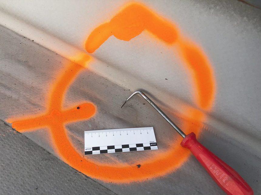 Trhlina v PVC folii v blízkosti střešního prostupu