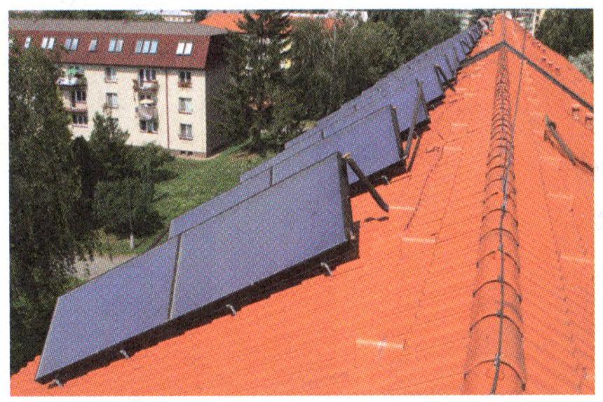 Instalace kolektorů na nevhodně orientované šikmé střeše