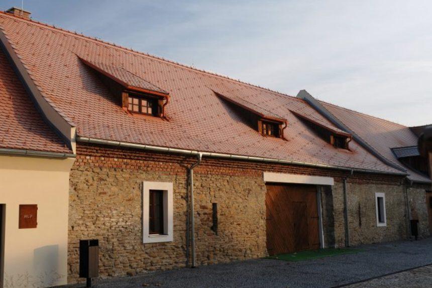 Dům s pálenou střechou