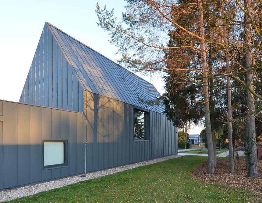 Šedá hliníková fasáda a střecha