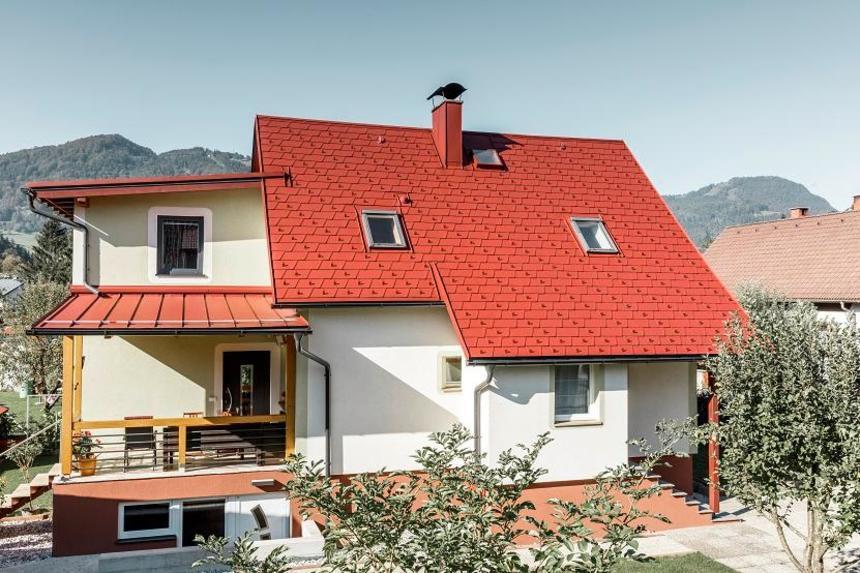 Rodinný dům z PREFA červených střešních šindelů DS.19