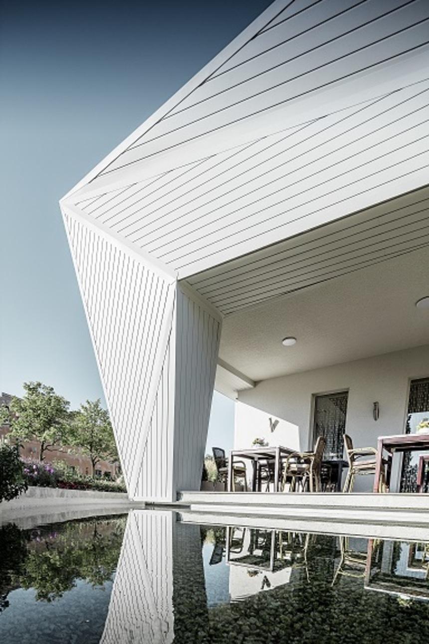Moderní restaurace s fasádou Prefa