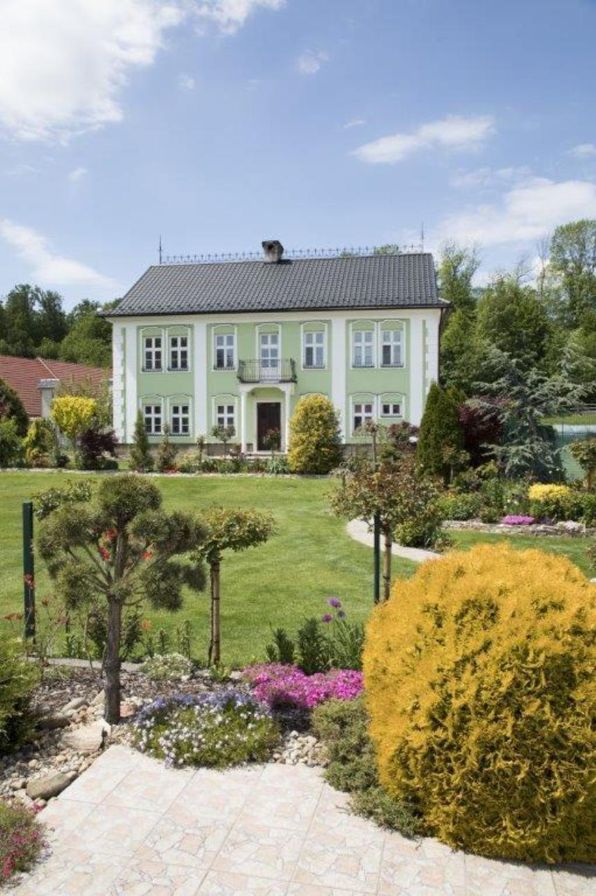Atmosféru stavby dotvářejí zahradní úpravy