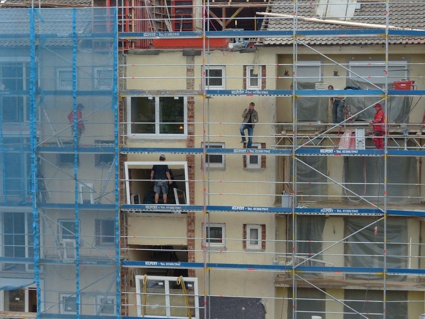 Investice do renovace budov uvolní peníze domácnostem