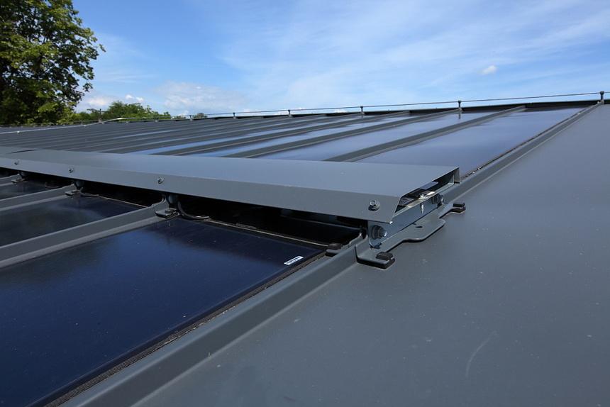 """Tam kde je požadavek na větší výkon a velikost střešní krytiny to umožňuje, lze nainstalovat solární články do """"dvou pater"""". V místě spoje dvou panelů je po montáži naistalována krycí lemovka, která chrání spoje panelů a elegantně tento spoj zakrývá. Toto řešení přináší více energie při minimálním zatížení střechy."""