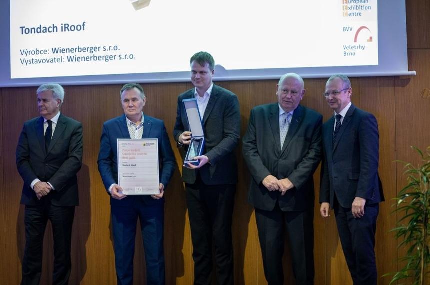 Společnost Wienerberger přebírá cenu za Tondach iRoof