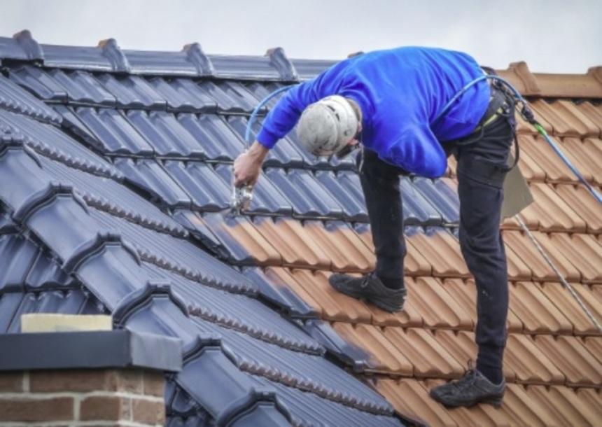 Lakování střechy na modrou barvu