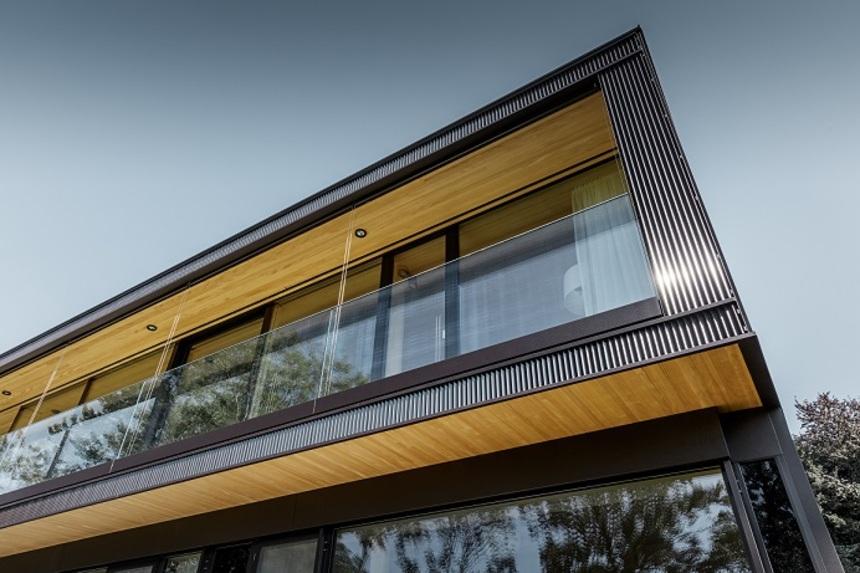 Klíčovými materiály stavby jsou hliník a dřevo
