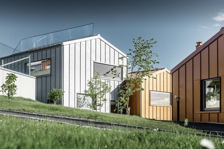 Pestré moderní domy zdobí rezidenční čtvrť v Trondheimu
