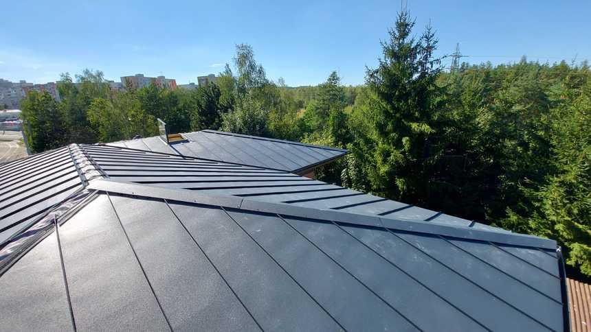 Hliníkové krytiny hravě zvládnou i nízký sklon střechy