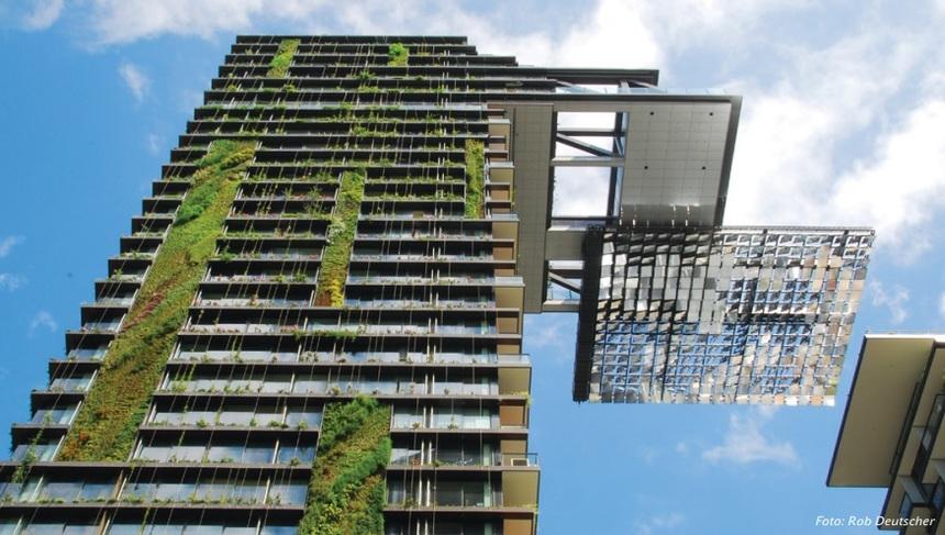 Výšková budova se zelenými prvky