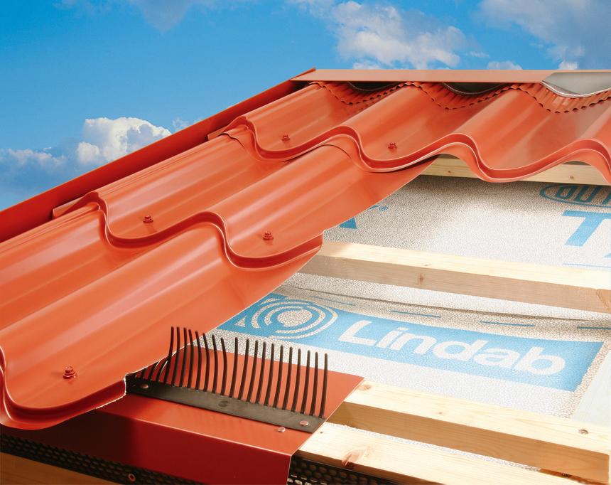 Detailní struktura střechy s profilovanou střešní krytinou