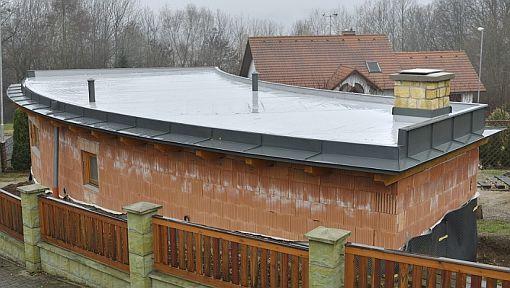 Tomáš Padevět - POKLEM, oplechování prohnuté římsy, zahradní domek Choceň, zdroj: Rheinzink