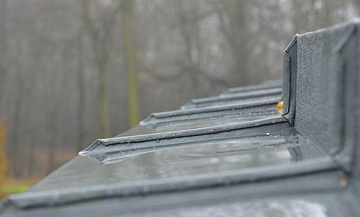 Tomáš Padevět - POKLEM, oplechování prohnuté římsy - detail, zahradní domek Choceň, zdroj: Rheinzink